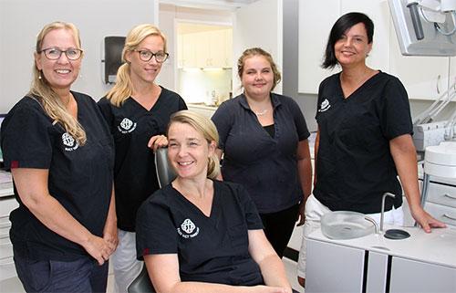 Tandlæge Annelene Clausen og sit hold af dygtige medarbejdere hos Faxe Bugt Tandklinik