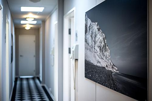 Gangen til klinikrummene hvor vi udfører tandbehandling hos Faxe Bugt Tandklinik